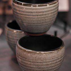 Grünblaue Tasse aus Ton