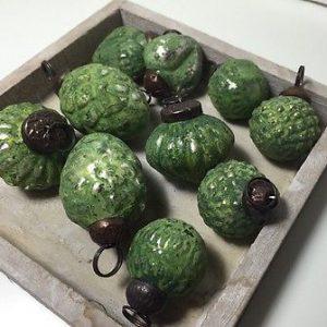 tüte mit zehn grünen weihnachtskugeln