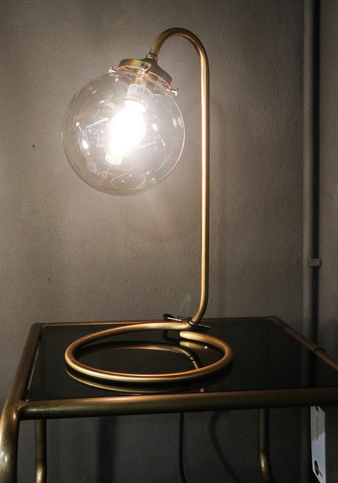 tischlampe aus messing popshop skandinavische einrichtung. Black Bedroom Furniture Sets. Home Design Ideas