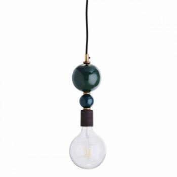 Grüne Art Deco Lampe mit zwei unterschiedlich großen, untereinander hängenden Kugeln. Die Materialien sind Eisen und Messing.