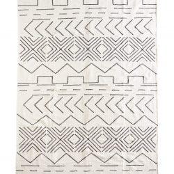 Grosser weisser Teppich, mit schwarzem Aztekenmuster.