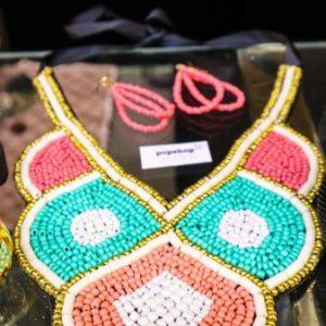 Perlen-Halskette bunt mit Ohrringen. Eine schöne Perlenformation in weiß, rosa, blau und gold. Dazugehörig sind die rosa Ohrringe.