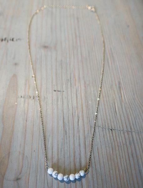 Hier sieht man die Kette marmorierte Perlen. Das Marmorierte hat die Farben schwarz und weiß.