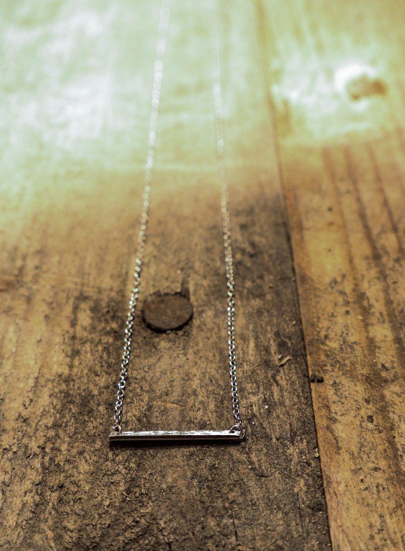 Hier sieht man die Silberkette Sterling. Sie ist ca. 19 cm lang und hat als Anhänger ein Sterling Silber - 'Stäbchen'.